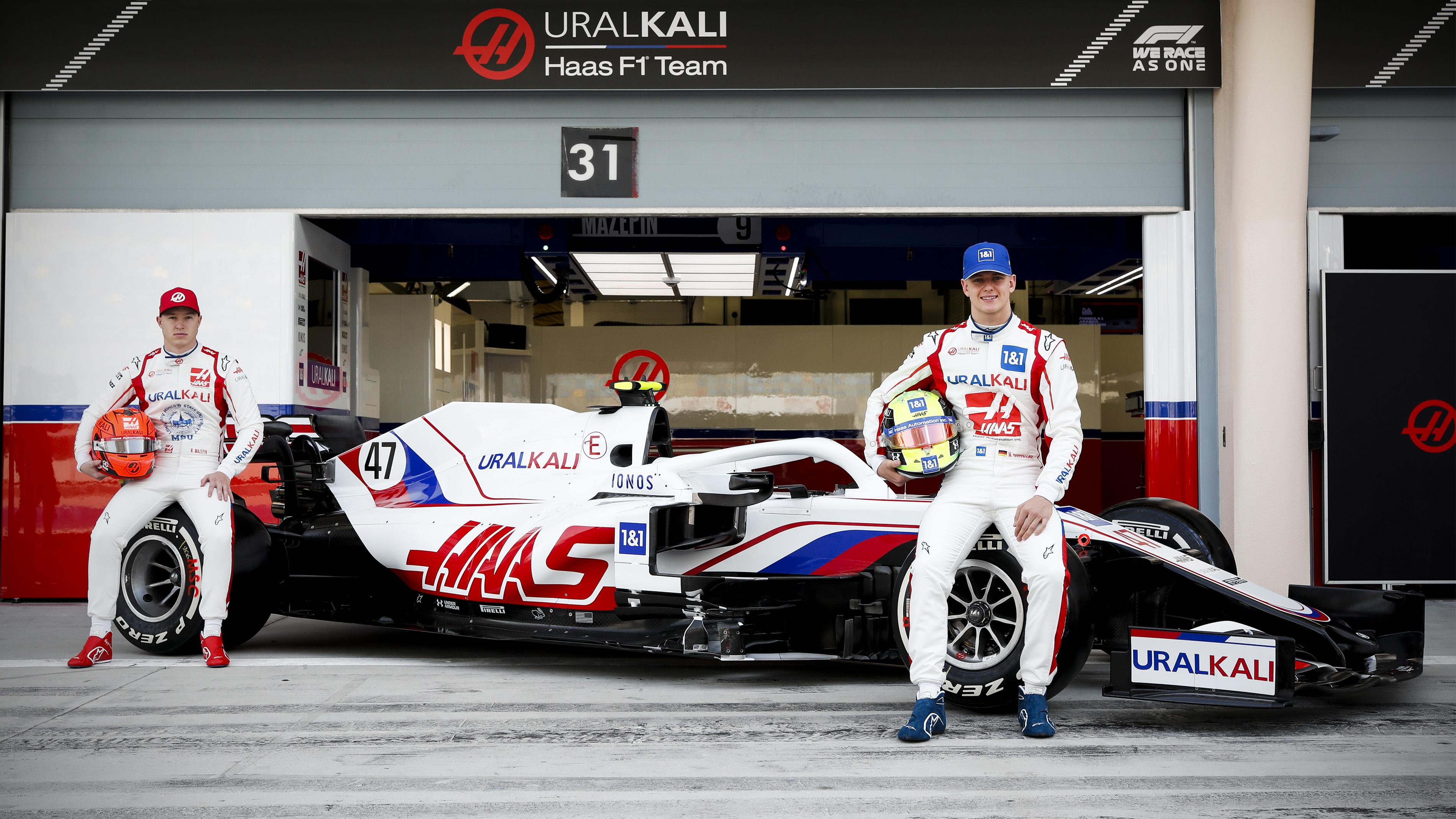 Haas F1 Team - Nikita Mazepin i Mick Schumacher na tle auta VF-21