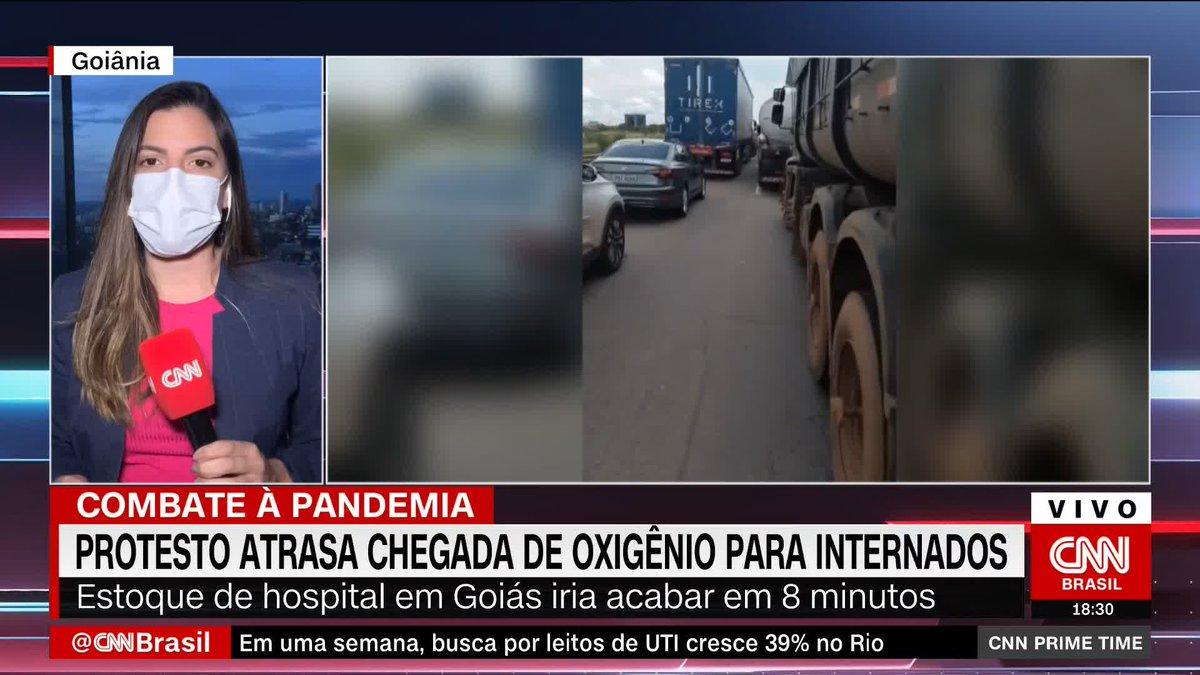 Manifestantes bolsonaristas bloqueiam rodovia em Goiás e atrasam em três horas chegada de oxigênio para hospital. Quando o caminhão, finalmente, chegou restavam apenas oito minutos de oxigênio para os pacientes. https://t.co/Bx712PJBwM