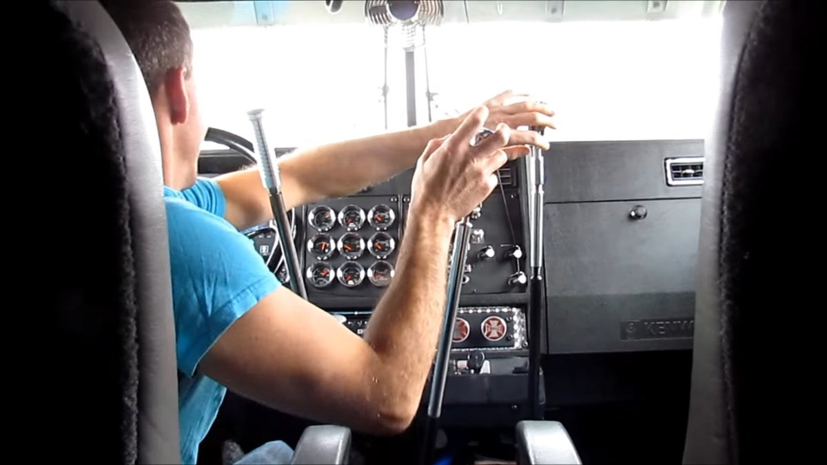 シンジくんに、複雑なMTのトラックに乗れというゲンドウ!