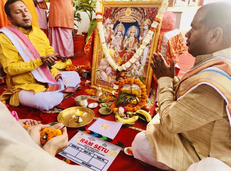"आज श्री अयोध्या जी में फ़िल्म  ""रामसेतु"" के शुभारंभ पर भगवान श्री राम का आशीर्वाद प्राप्त हुआ। जय श्री राम!  #RamSetu @Asli_Jacqueline @Nushrratt @Abundantia_Ent  @LycaProductions @primevideoin @vikramix  @ShikhaaSharma03  #AbhishekSharma #DrChandraprakashDwivedi #CapeOfGoodFilms https://t.co/4VRi6rs58B"