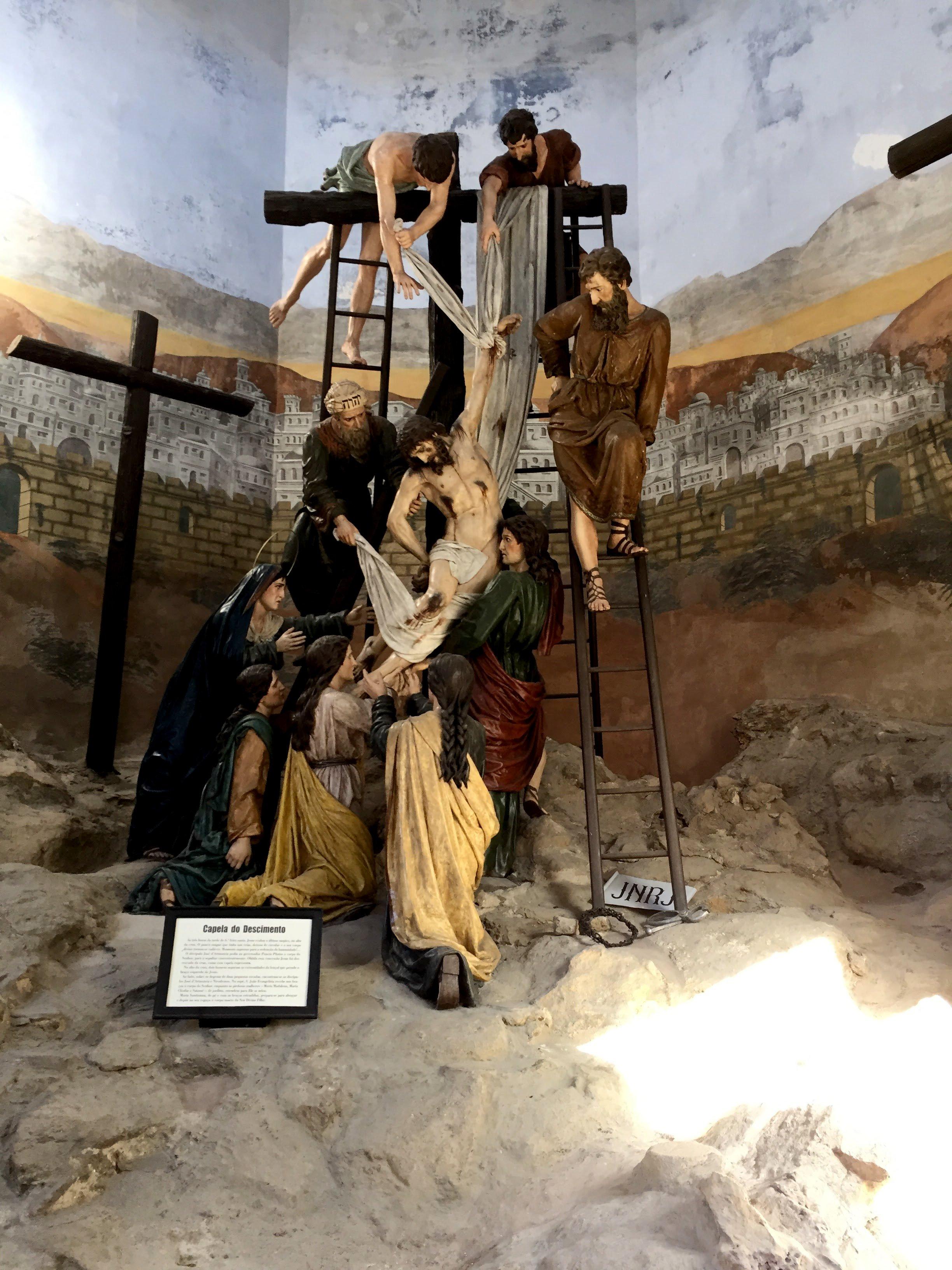 O corpo de Jesus é tirado da cruz e recebido por Maria
