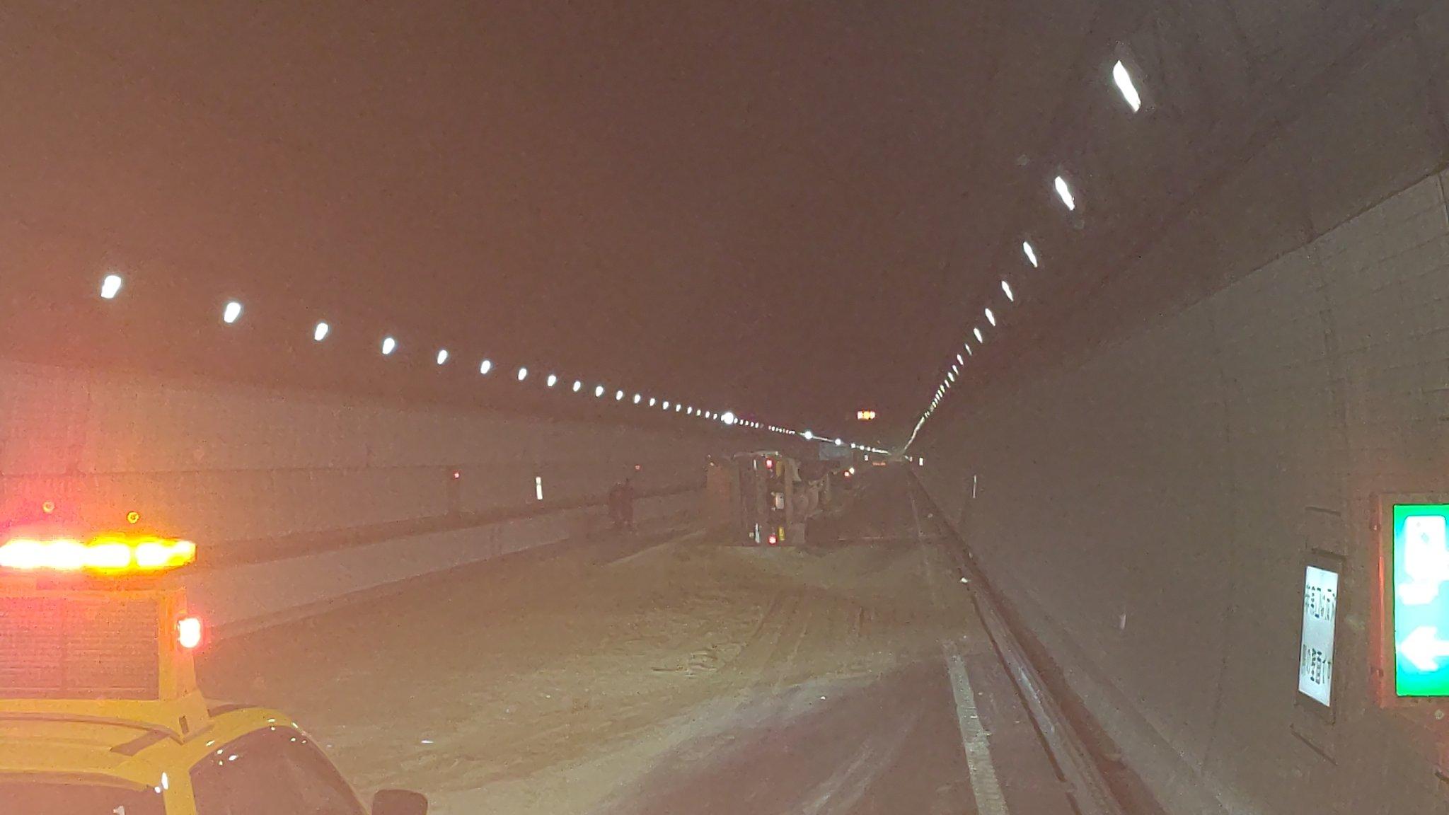 アクアラインのダンプ横転事故の画像