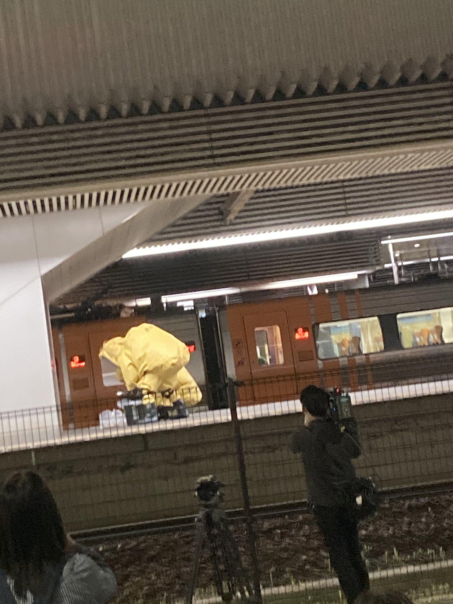 岡山駅の不審物騒ぎで防護服を着ている消防隊の画像