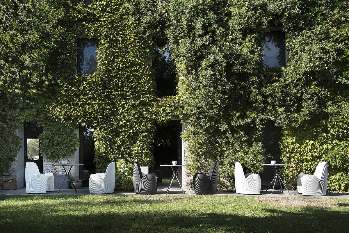 The River Chair's organic design with 3D geometry is inspired by nature. The chair is weatherproof and equipped with a built-in water drainage system making it ideal for outdoor use. Click below.  https://t.co/qgi7WmkXrD