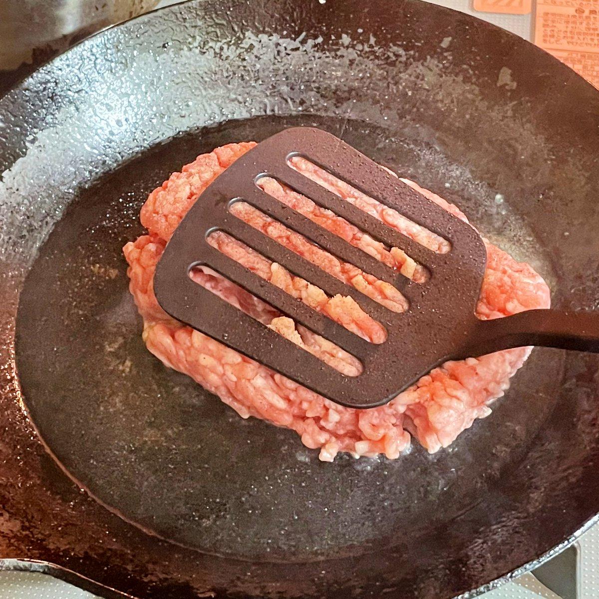 気分が落ち込んでるときにおすすめ?塩胡椒をして焼くだけのハンバーグ!