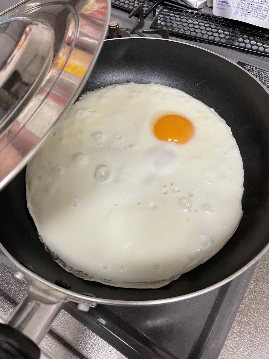 卵黄ばかり使って卵白が余ってしまい・・・!巨大な目玉焼きにしてみた?!
