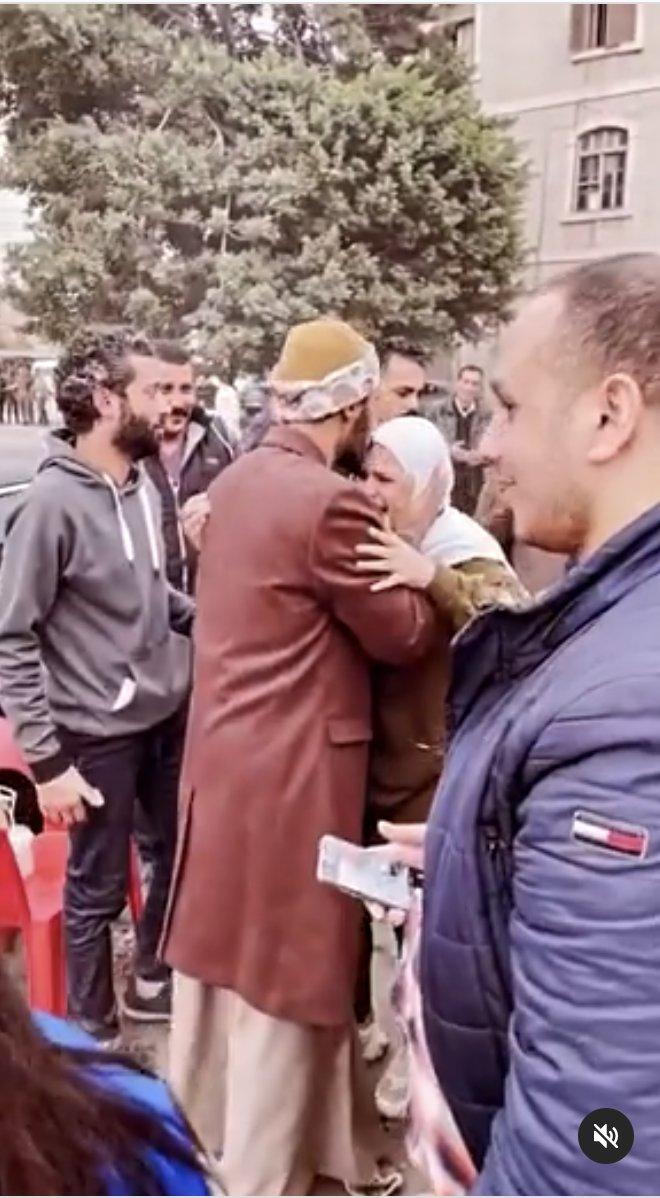 قبل يدها ورأسها.. فتاة تنهار من البكاء لرؤيتها محمد رمضان في الإسكندرية أهل مصر