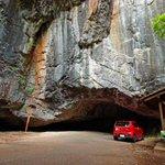 物語りが始まりそう。カーナビで岩の隙間抜けるようなありえない道に導かれたけど夢じゃなくて実在するトンネルだった。