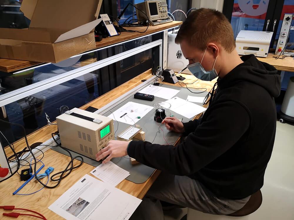 """Unsere angehenden #IHK-geprüften #Industriemeister #Licht & #Beleuchtung im Seminar zur thermischen Prüfung und Bewertung von #Leuchten 🌡️ Ganz nebenbei: Bald ist Prüfung 🤓 <a class=\""""link-mention\"""" href=\""""http://twitter.com/IHK_Arnsberg\"""" target=\""""_blank\"""">@IHK_Arnsberg</a> <a class=\""""link-mention\"""" href=\""""http://twitter.com/ArnsbergAktuell\"""" target=\""""_blank\"""">@ArnsbergAktuell</a> <a class=\""""link-mention\"""" href=\""""http://twitter.com/AllesArnsberg\"""" target=\""""_blank\"""">@AllesArnsberg</a> #LED #Bildung #Weiterbildung <a class=\""""link-mention\"""" href=\""""http://twitter.com/LichtforumNRW\"""" target=\""""_blank\"""">@LichtforumNRW</a> <a href=\""""https://t.co/mWjgjnUlvh\"""" class=\""""link-tweet\"""" target=\""""_blank\"""">https://t.co/mWjgjnUlvh</a>"""