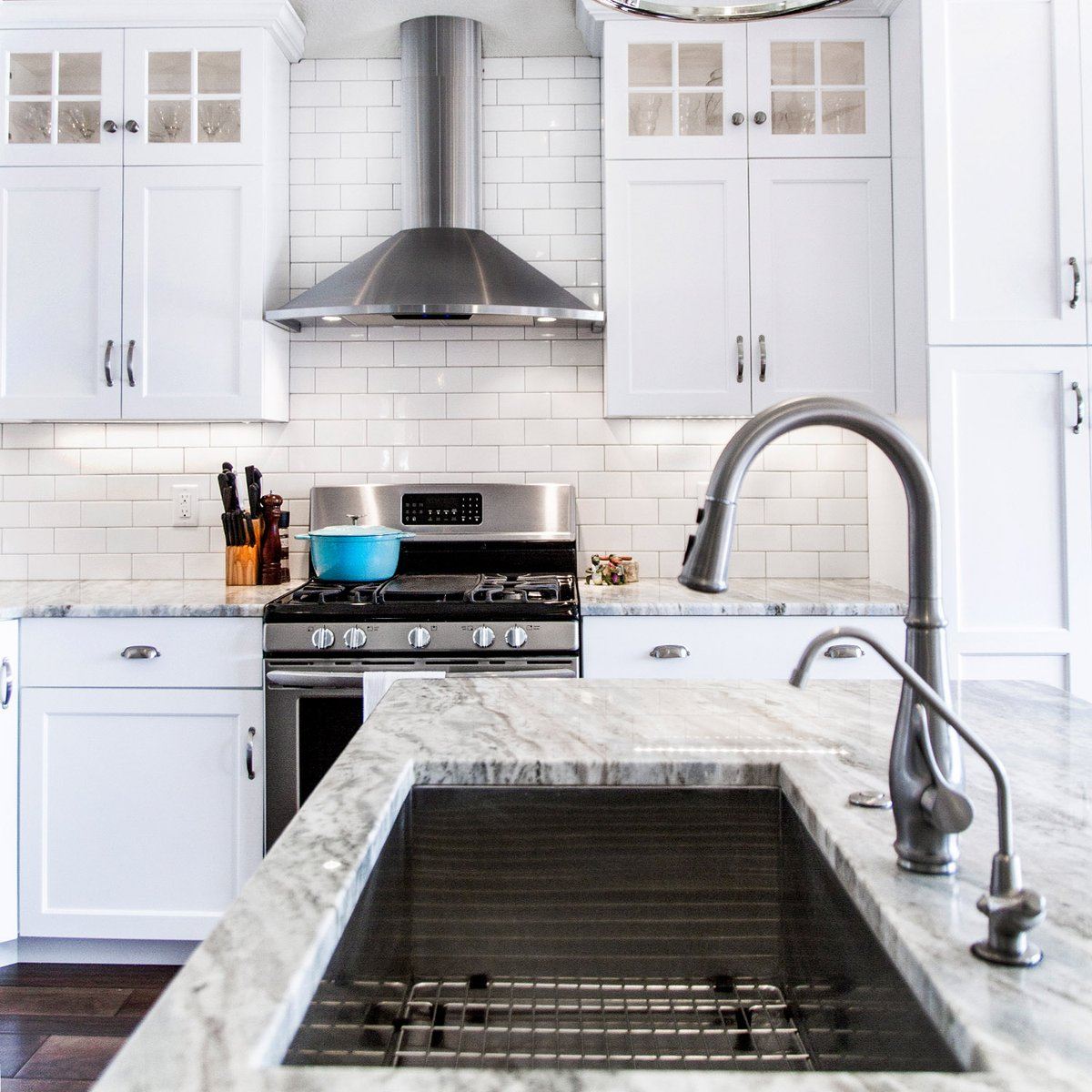White kitchens are hot, with white on almost every surface, can make color accents POP! #farmhouse #whitefarmhouse #modernfarmhouse #farmhouseliving #farmhousedesign #farmhousestyle #homestyle #kitcheninspiration #myhousebeautiful #homestyling #homeinspo #farmhousekitchen