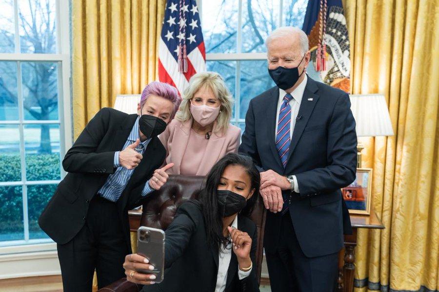 Präsident Biden und First Lady Jill Biden posieren für ein Selfie mit Megan Rapinoe und Margaret Purce im Oval Office