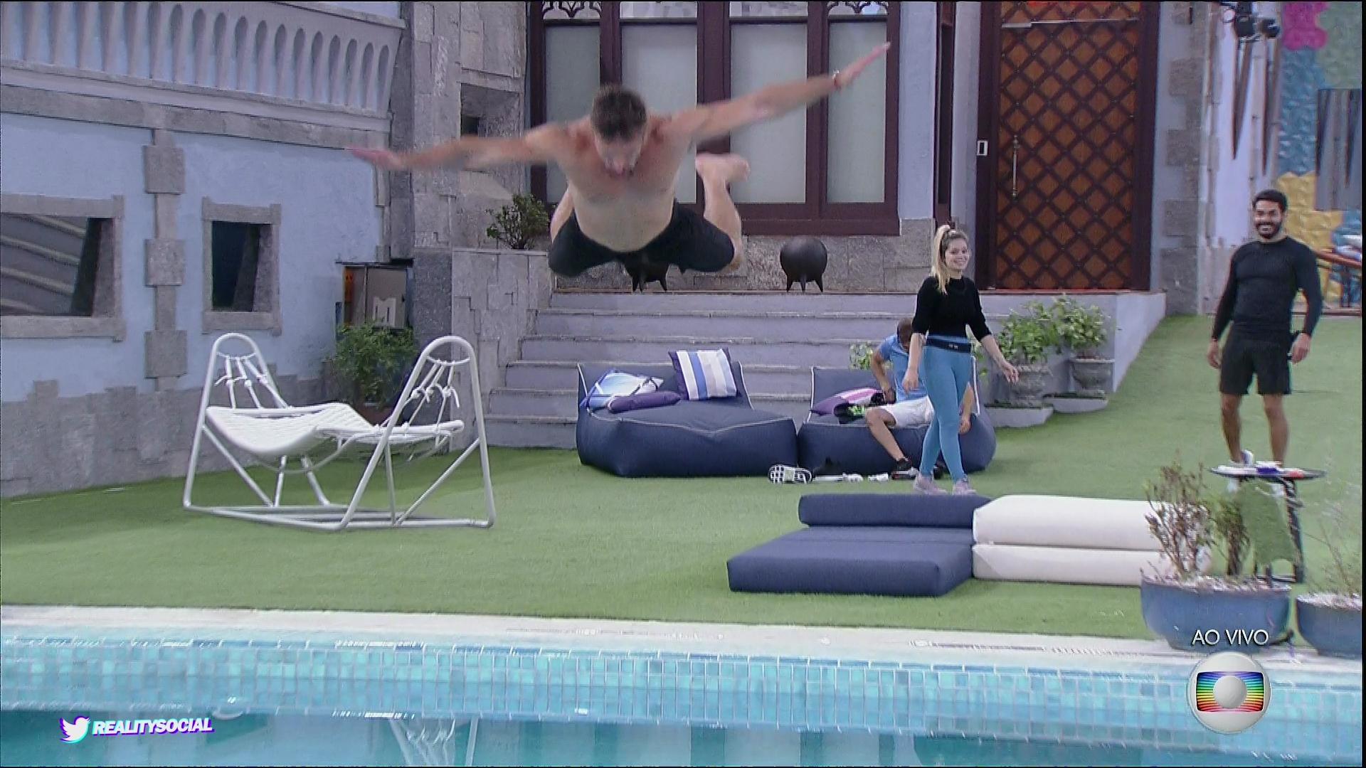 Arthur saltou na piscina para comemorar a sua vitória (Foto: Reprodução/TVGlobo/Globoplay)
