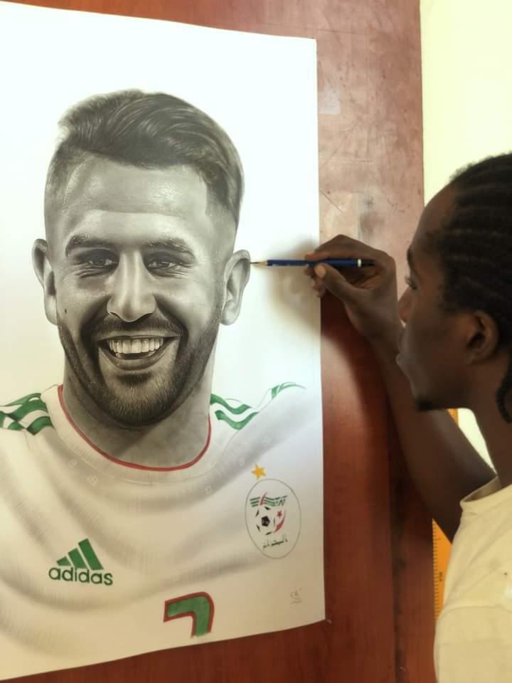 رسام من زامبيا يُبدع في رسم قائد محاربي الصحراء رياض محرز 🇩🇿🇩🇿