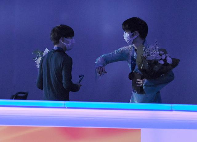 yuzu offering his arm to yuma