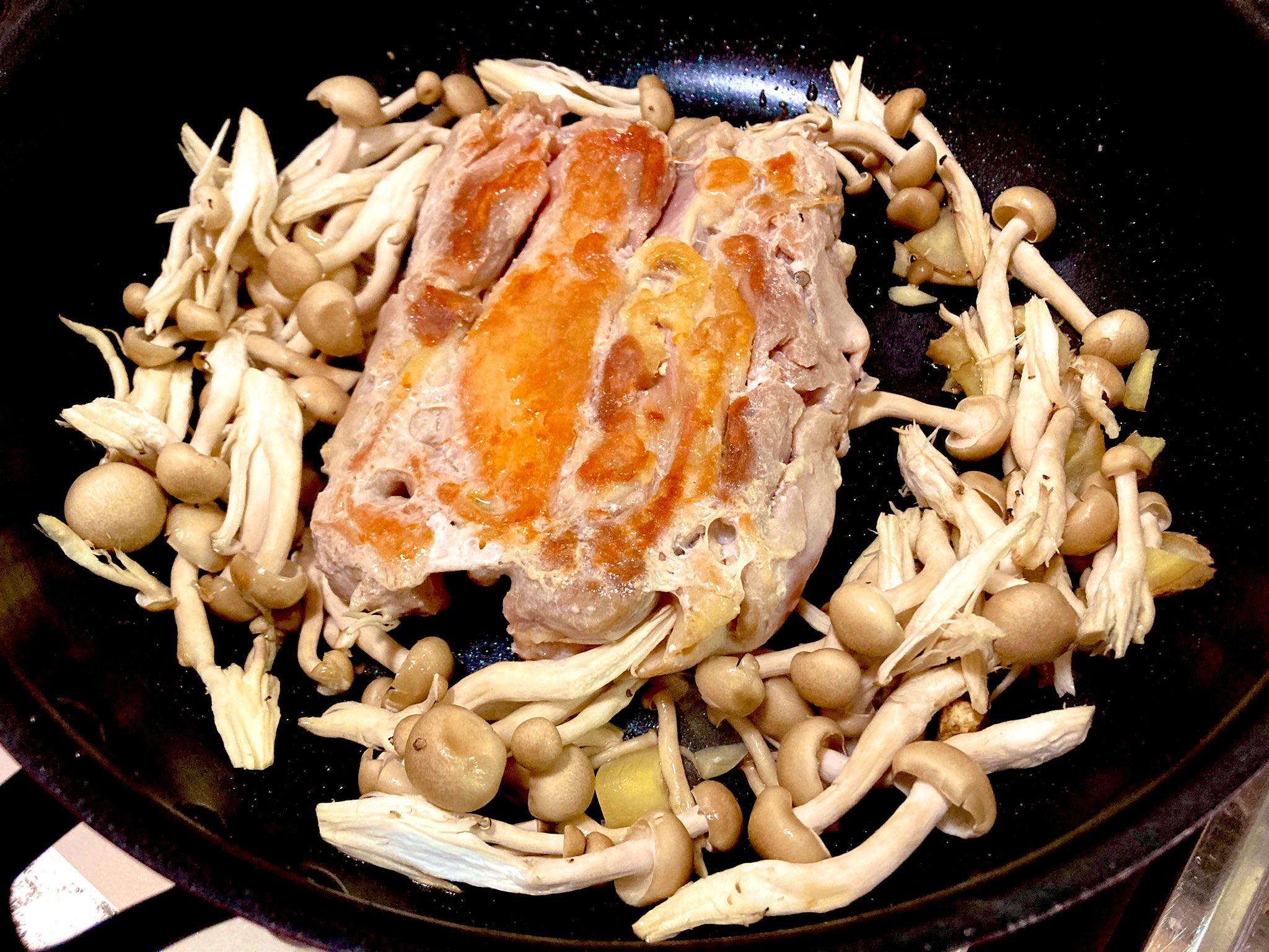 肉に焼き目がついたらひっくり返し返して、他の材料を追加