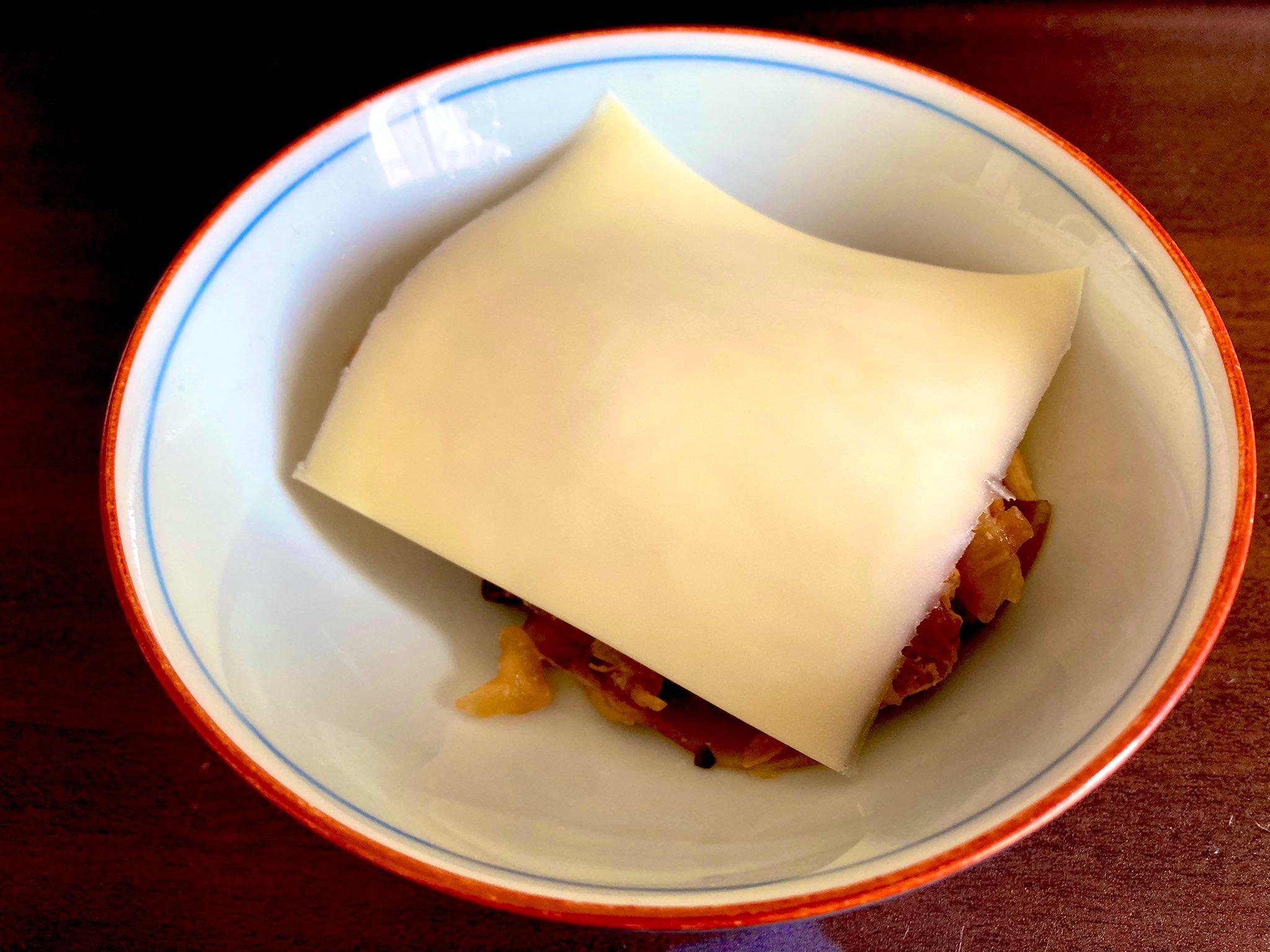 冷蔵保存していた照り焼き鶏もも肉にとろけるチーズのせ