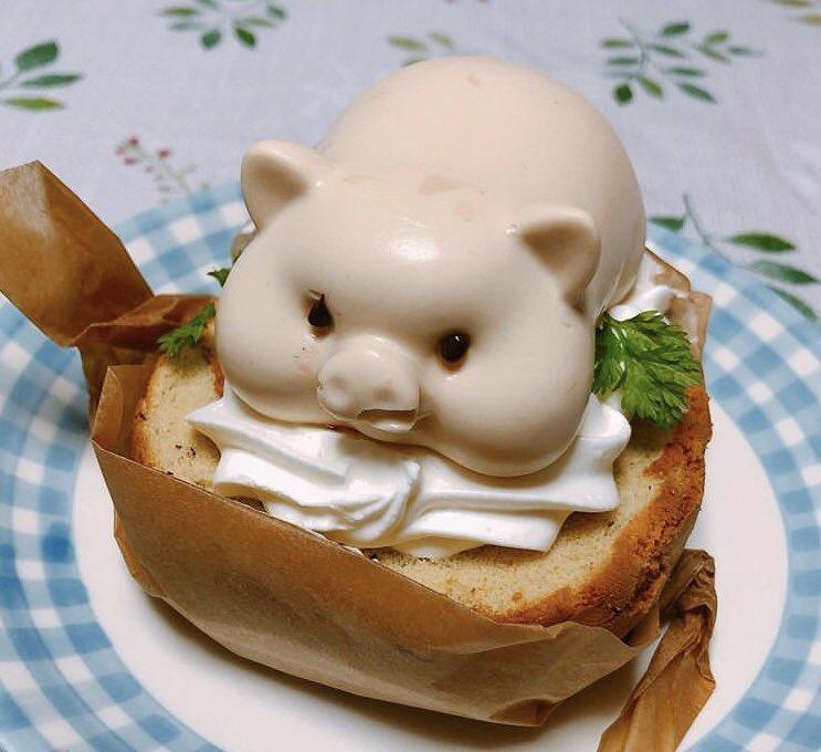愛知県名古屋市緑区にあるお店「パリジャンパーペチュアル」の、紅茶のロールケーキの上にブタ型のロイヤルミルクティー味のムースがのった「ロイヤルミルクトン」✨