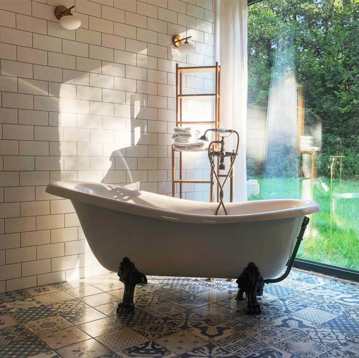 Summertime is coming! Wake up in this sunny #bathroom to begin a new season. Follow the link for more inspiration hubs.ly/H0JRKgw0