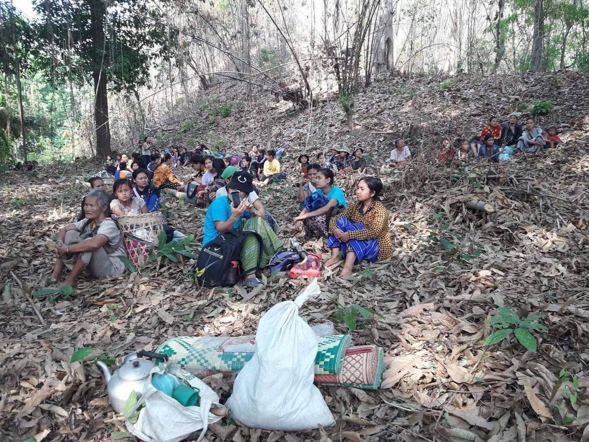 Staff and students of Karen Teacher Training College (KTTC) northen campus fled to Thai side of Salween river since terrorist forces did an indiscriminate air strike on them the day before.  JUNTA MASSACRE #Mar28Coup #WhatsHappeningInMyanmar https://t.co/UV7MYsnxdF