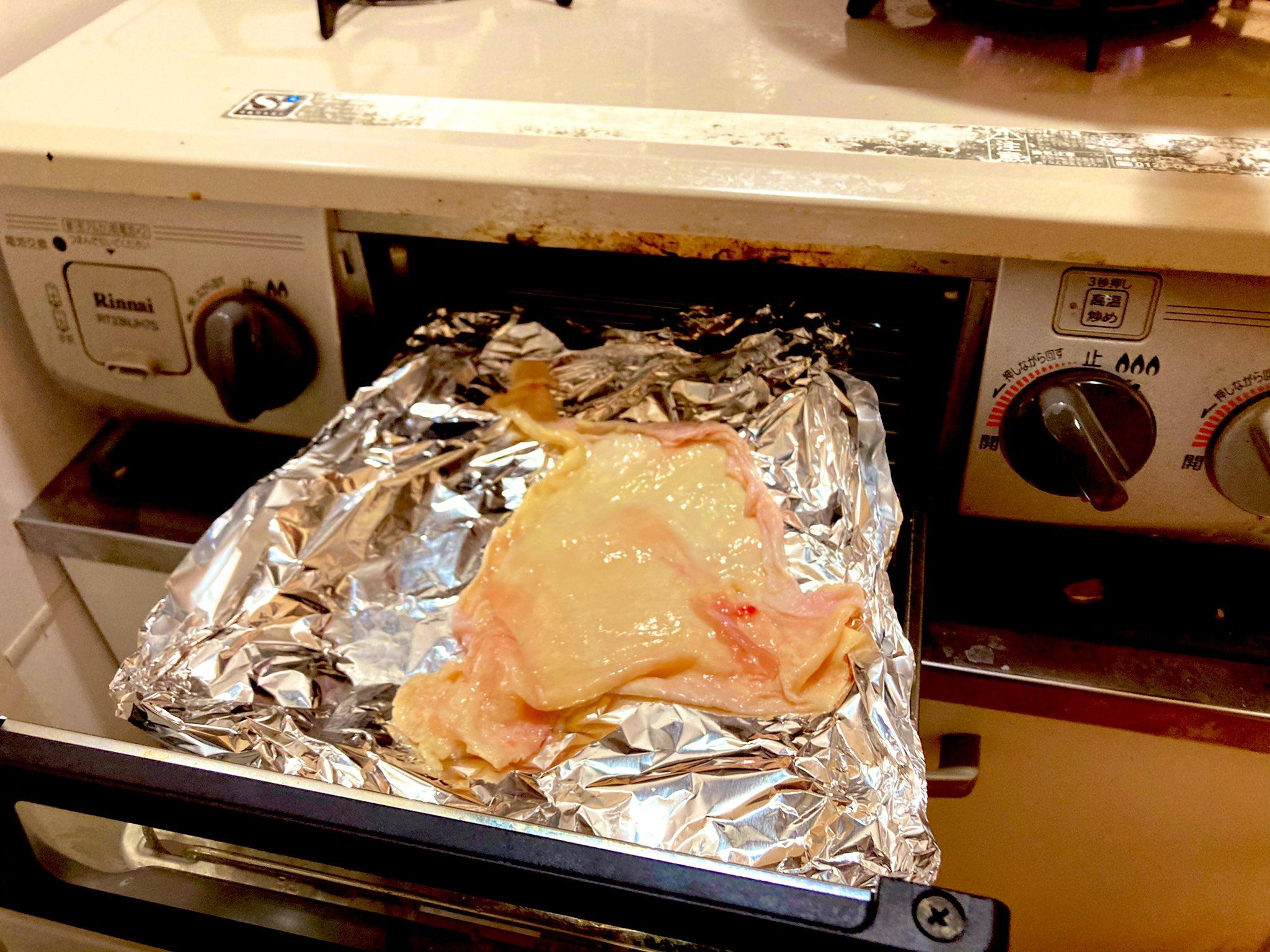 塩を振った鶏皮をあらかじめ暖めたグリルに入れる