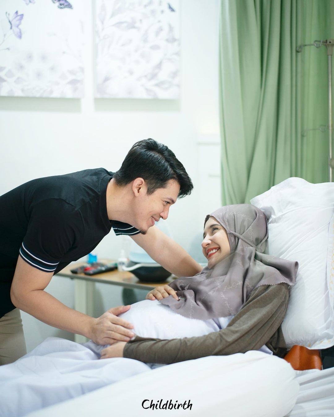 Zaskia Sungkar dan Irwansyah saat menanti detik-detik operasi caesar.