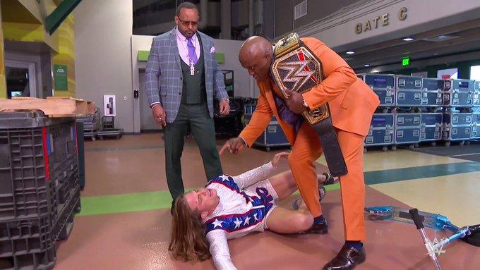 Bobby Lashley atacando a Riddle mientras hacía su llegada a Monday Night RAW
