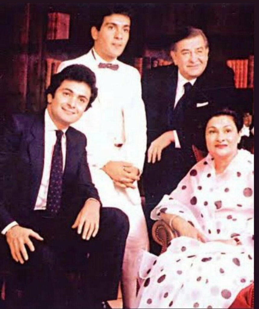 #RajivKapoor now together with his family in heaven right now ❤️❤️🙏🏼🙏🏼 . . . . . . .  #houseoftag #rishikapoor #kareenakapoor #saifalikhan #riddhimakapoorsahni #neetukapoor #neetusingh #kareenakapoorkhan #ranbirkapoor #aliabhatt #ambani #riprishikapo…