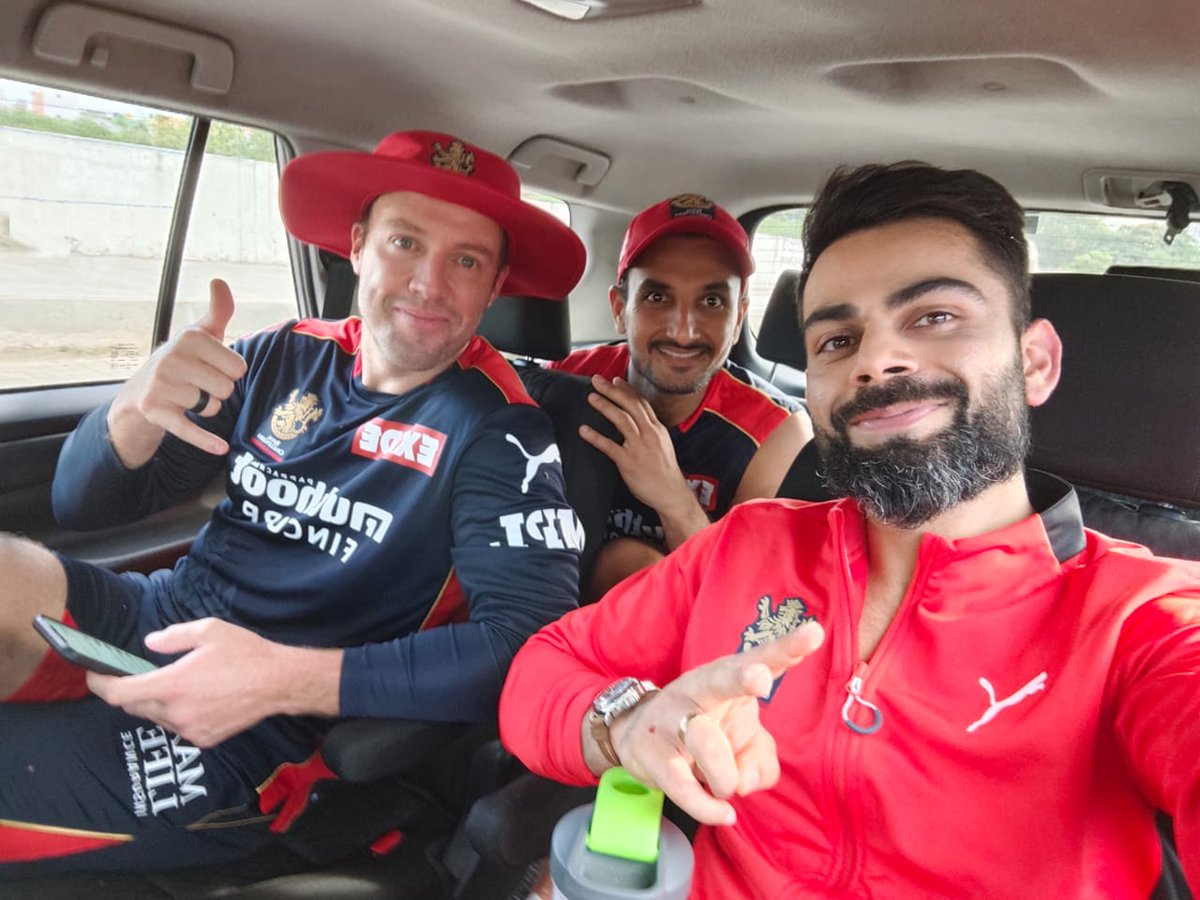 Chilling with these dudes post practice @ABdeVilliers17 @HarshalPatel23 https://t.co/Y06h8QnIXg