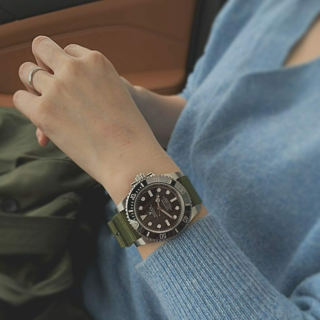 My watch was stolen...  And I know who did it🕵️♂️👉👩🔧  Damn... looks better than on my wrist...  ———————————- Rolex 114060 Submariner non-date ———————————-  #submariner #rolexsubmariner #rolexsub #114060 #natostrap #rolex #rolex40mm #watchcollector #hod… https://t.co/0liequwwsK https://t.co/GFnJBijQKm