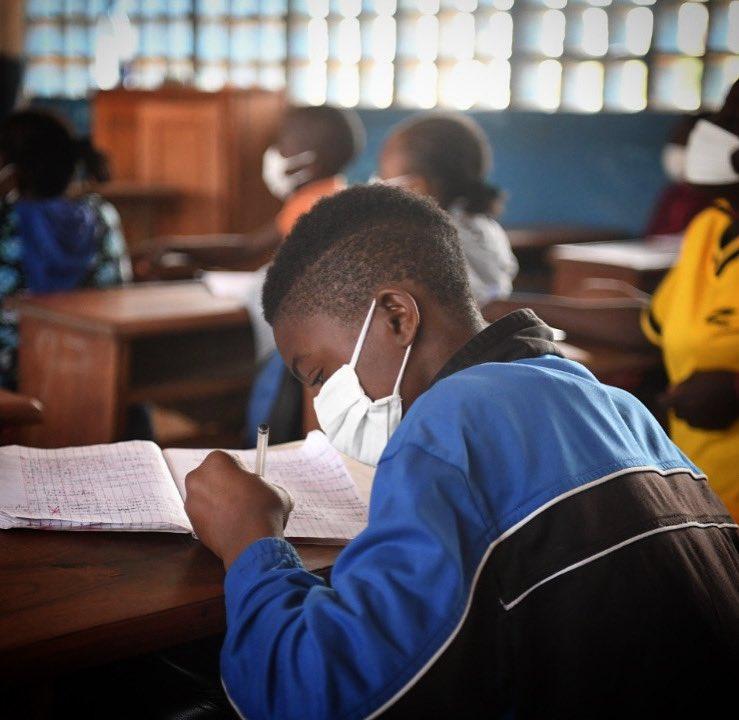 #education pour tous ! Les #écoles situées aux alentours du site de #réfugiés de #gado -a l'#Est du #Cameroun- ont commencé à accueillir les #enfants arrivés de #centrafrique depuis la fin décembre fuyant les violences post électorales 📸@xavbourgois / #unhcr https://t.co/1HcsFCRFok