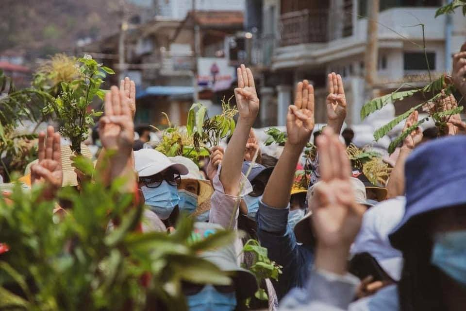 Youths in Mogok did AtarOo(Clay pot) Strike as an anti-coup protest on the first day of Thingyan. #Apr13Coup #WhatsHappeningInMyanmar #MilkTeaAlliance @AllianceMilkTea @clarissaward @TostevinM @CNN @Reuters @YourAnonCentral @eAsiaMediaHub @USEmbassyBurma @RapporteurUn @Reaproy https://t.co/12QJW4lDxv