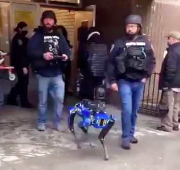 Viral video shows NYPD officers using a robotic dog during an operation and people have thoughts.   Internet reactions: https://t.co/FeYVWhH8FL https://t.co/QIKRmh4YMi