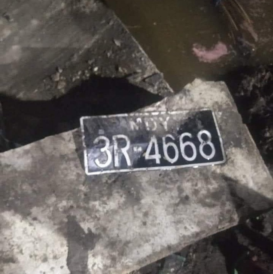 INHUMANE‼️📍#Mandalay   A bypassing car was SHOT by Junta Terrorists & the car plunged into drain last night. People on the car were forcibly ABDUCTED &the car also confiscated by Junta Terrorists. Only car number plate left in the morning.   #Apr14Coup @RapporteurUn @DrSasa22222 https://t.co/hskZ916N3E