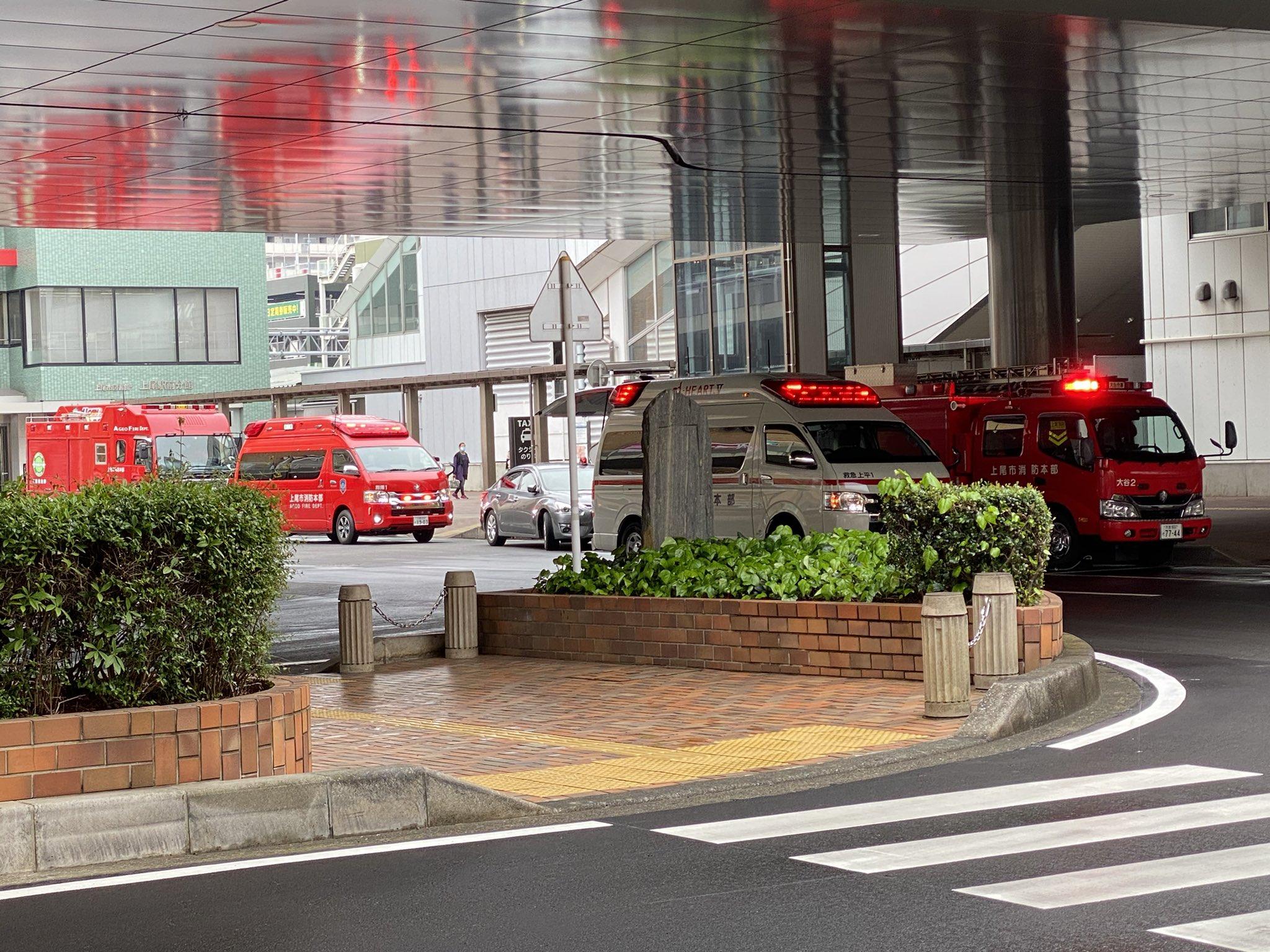 上尾駅の人身事故で緊急車両集結している画像