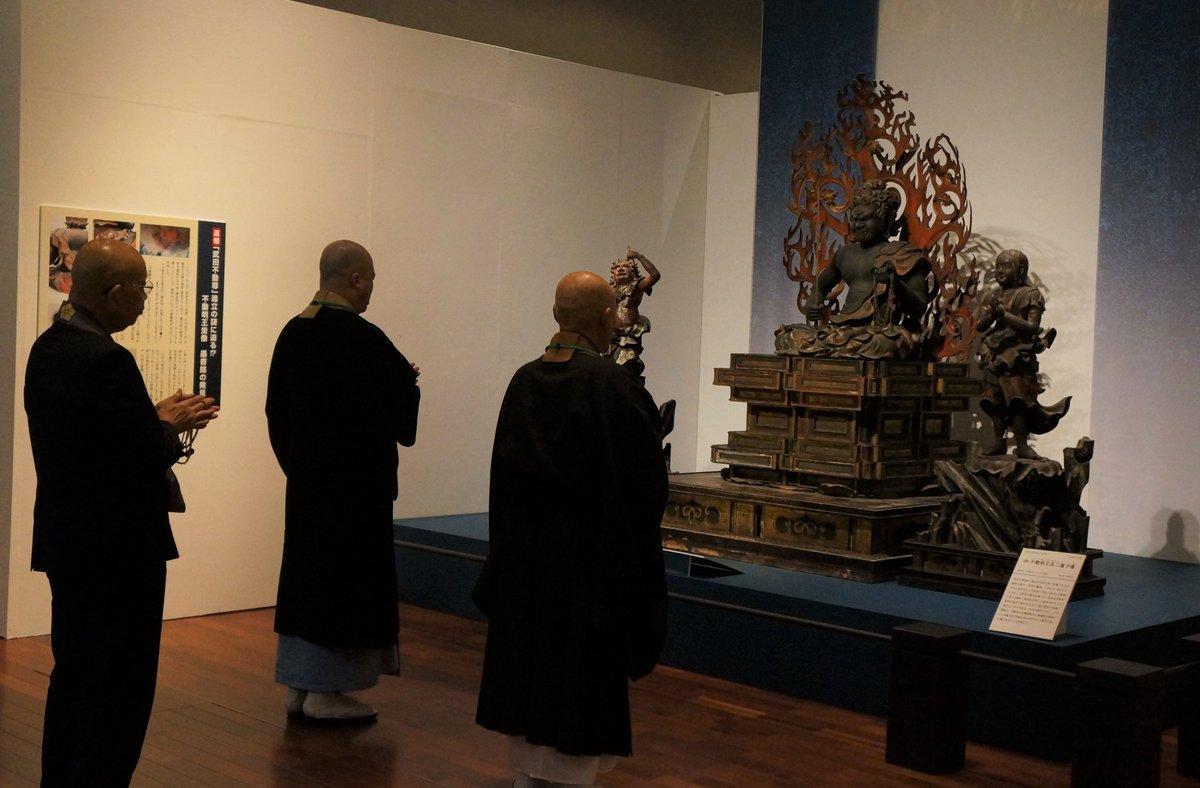 test ツイッターメディア - 【開眼法要】 開催中の「生誕500年 武田信玄の生涯」展におきまして本日より展示公開となりました、恵林寺の武田不動尊三尊像の開眼法要が先ほど無事に執り行われました。#信玄公生誕500年 #展覧会 #博物館 https://t.co/qh6Lveci83
