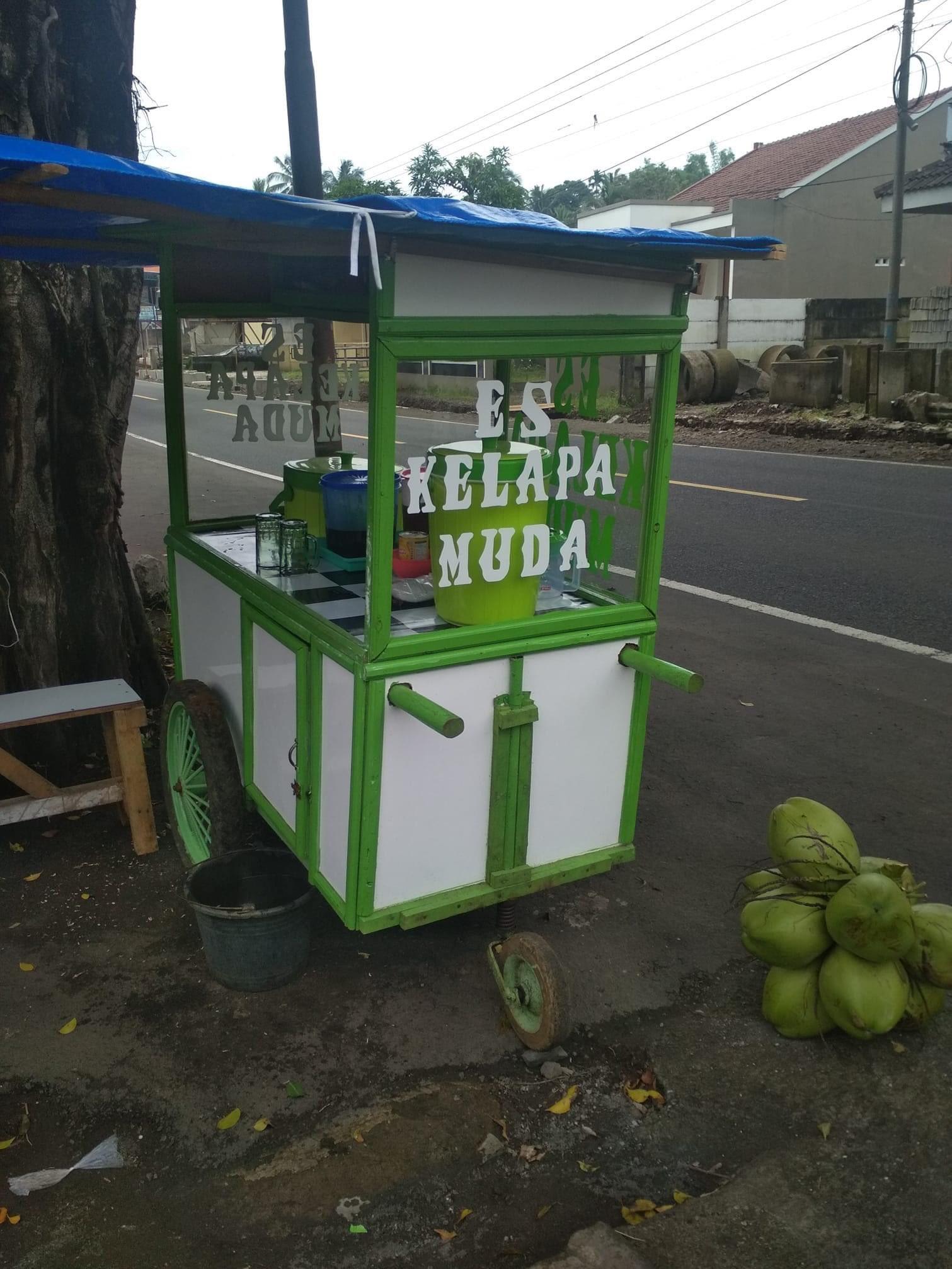 Lapak jualan es kelapa muda milik Kang Oteng