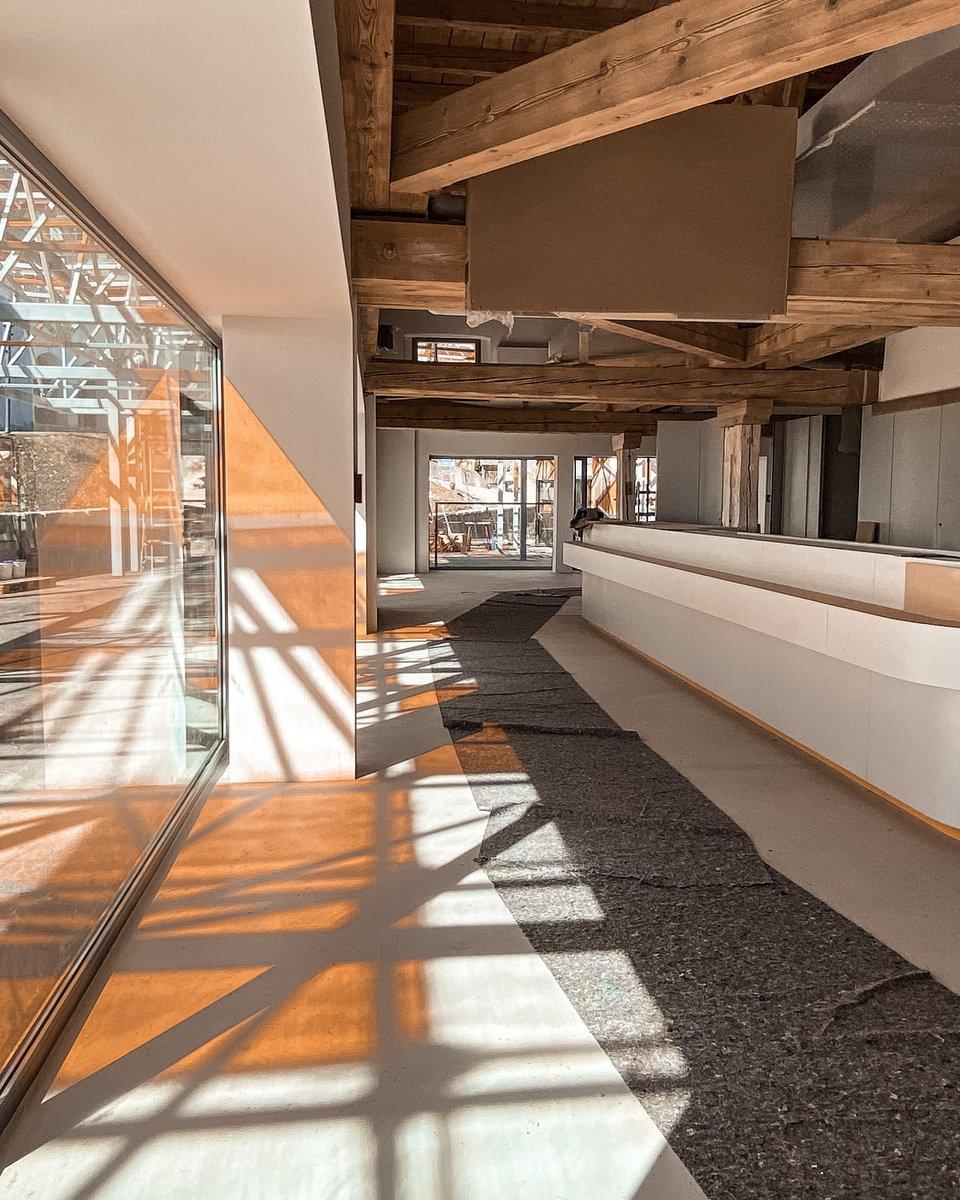 BAUSTELLEN-UPDATE ⚒ Dank dem neuen Vordach entstehen, bei sonnigem Wetter, wunderschöne orange Lichtspiele im Inneren des neuen Besucherzentrums in den Salzwelten Salzburg. 🔸☀️ Uns gefällt's - dir auch? ☺️ #salzwelten #salzburg #umbau https://t.co/DYfEDCzids