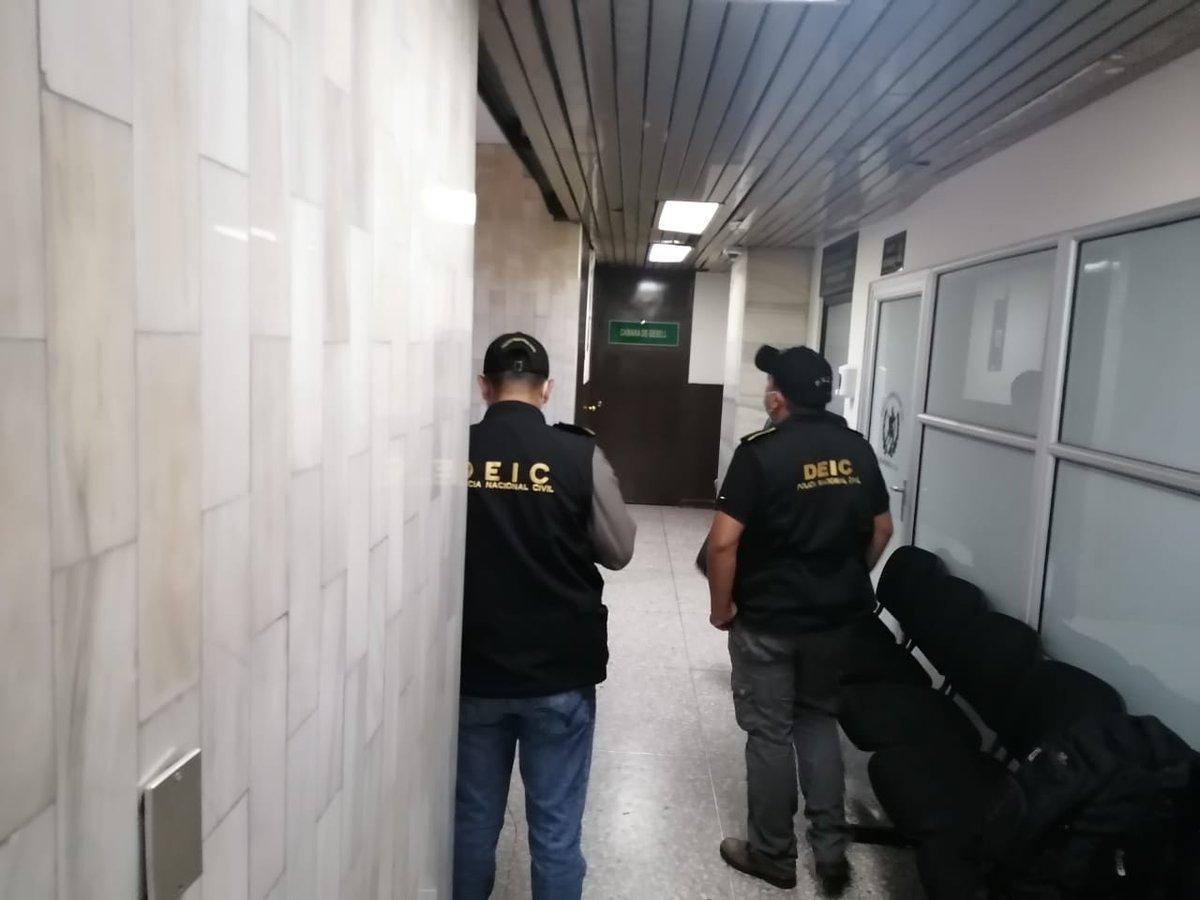 test Twitter Media - Personal del Juzgado Tercero Penal ya se encuentra en su puesto, personal de DEIC y FECI en los alrededores.Foto: Lourdes Arana/LH https://t.co/Jg45T3E22m