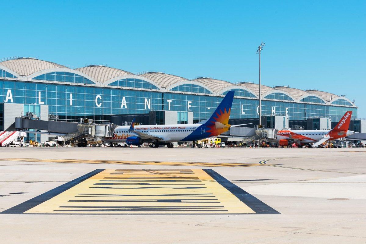 👉Este artículo del blog de @ACIWorld explica por qué el #Aeropuerto de #Alicante-#Elche 🛫 ha sido premiado por las medidas implementadas por Aena frente a la #COVIDー19, junto con otros aeropuertos de la red, basándose en las opiniones de los pasajeros.⤵️ @ACI_EUROPE #ASQAwards