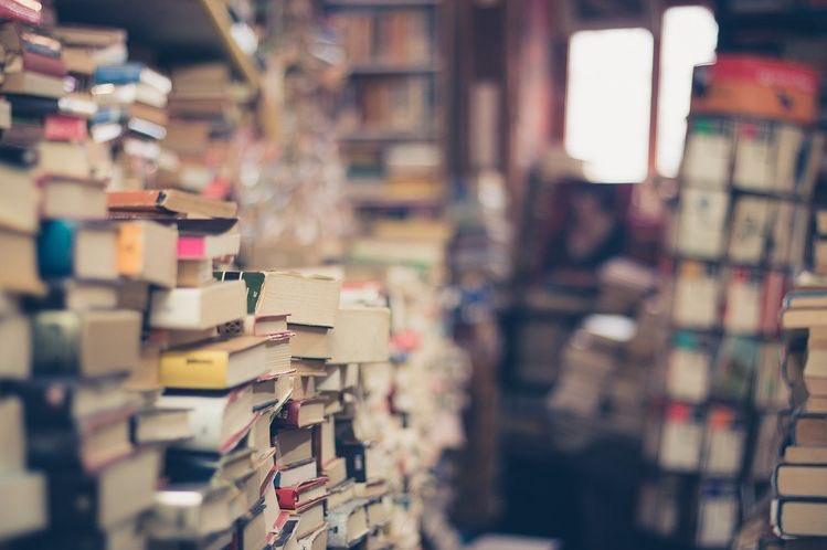 """"""" المفارقة التي تتميز بها القراءة تكمن بمقدرتها على إبعادنا عن العالم حتى نتمكن من فهم معنى ما يدور من حولنا . """" ✨  - دانيال بناك   #وطن_يَقرأ_ويُقرأ  #ماذا_تقرأ https://t.co/FihDLLsWHO"""