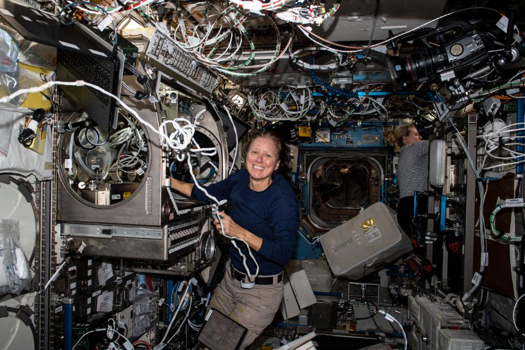 👩‍🚀 Shannon Walker, a veteran @NASA astronaut who was born, raised & earned all 3 of her science degrees in Houston, will accept command of the @Space_Station tomorrow, Thurs., April 15! Dive into the details of what's in store for the native Houstonian:
