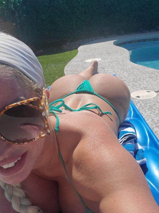 My butt eats my bikini bottoms. 🤣 I've given up finding one that fits. F*ck it. https://t.co/OIXJumu