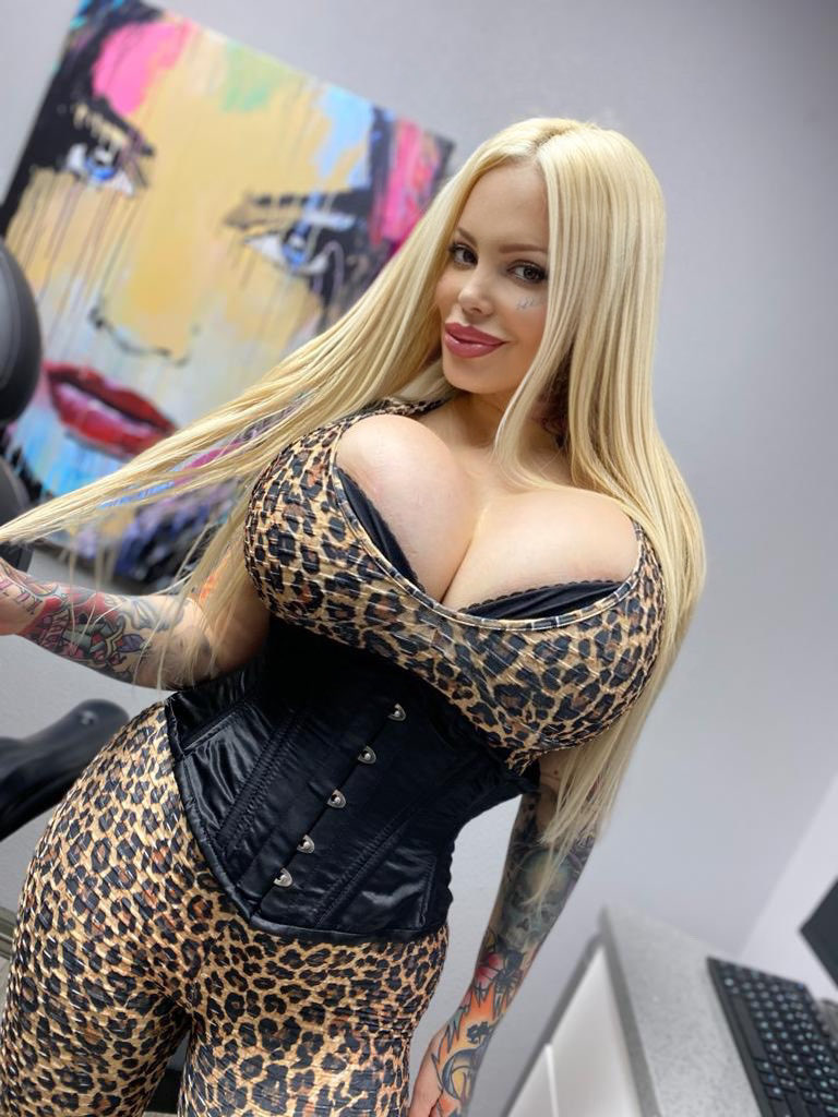 New XXX Videos & CHAT with me at onlyfans.com/SabrinaSabrok 👅💦