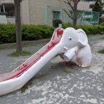 早く塗り替えてあげて~!公園にあるぞうの滑り台が・・・。