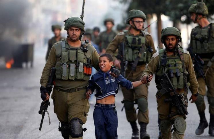 منذ العام 2000.. اعتقل الاحتلال أكثر من 16000 طفل فلسطيني قاصر دون سن 18 عامًا، حيث تعرّض أكثر من 85%  منهم للتنكيل الجسدي والنفسي، ويشار إلى أنّ 140 طفلًا فلسطينيًا يقبعون حاليًا في سجون الاحتلال.  المصدر: هيئة شؤون الأسرى والمحررين https://t.co/NYqI5kktdk