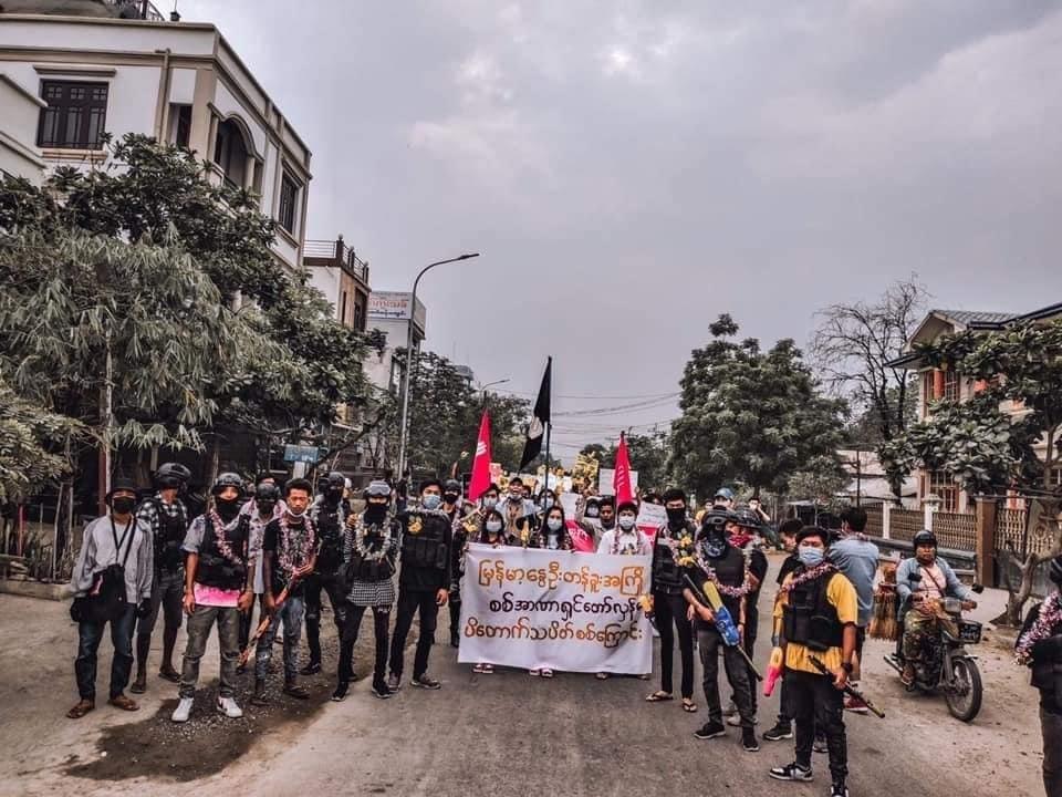 Burma Spring Padauk Revolution by Yadanabon University's Students,Mandalay👊💛  #WhatsHappeningInMyanmar #Apr5Coup #InternetShutdown #CrimesAgainstHumanity #WeNeedR2PInMyanmar #RejectMyanmarMilitaryCoup #FreeAungSanSuuKyiAndDetainees #FreeOurStudents #SaveMyanmar #MilkTeaAlliance https://t.co/qoh1KDlBDj