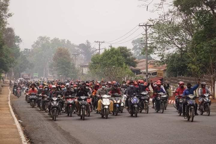 Motorcycle strike at Northern Shan State's KyaukMe township condemned the military regime. #Apr5Coup #WhatsHappeningInMyanmar #RejectMyanmarMilitaryCoup #CrimesAgainstHumanity #InternetShutdown #WeNeedR2PInMyanmar #FreeAungSanSuuKyiAndDetainees #FreeOurStudents #SaveMyanmar https://t.co/N2hbE22RQQ