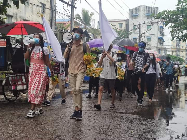 Padauk Strike in #Thamine , Mayangone Township is still protesting strong against dictatorship even though raining today.  #Apr5Coup  #WhatsHappeningInMyanmar https://t.co/3kpok0ZrPp https://t.co/URXiYsiB77