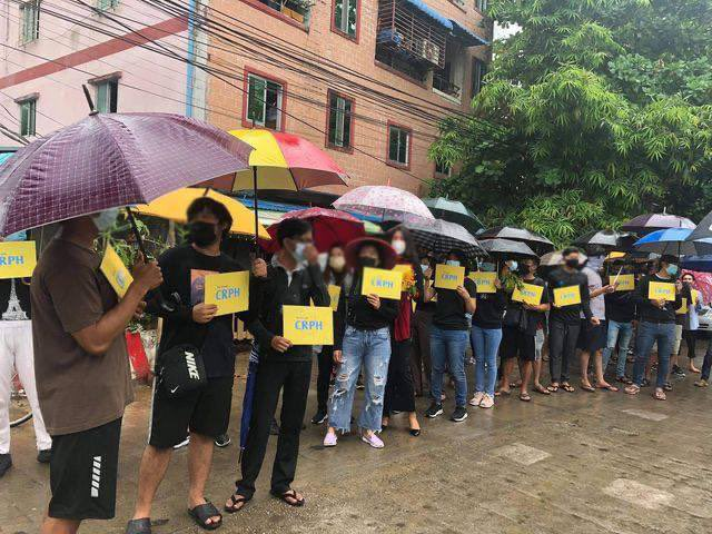 SouthOkkala, Yangon: Undeterrable by armed terrorists, these courageous and persistent pro-democracy young protestors couldn't be deterred by the rain, marching today. #WhatsHappeningInMyanmar #Apr5Coup https://t.co/l6ci4QFsyM https://t.co/fQoGu0HqS0