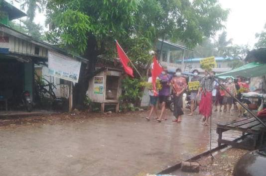 People in Kyaik Htaw Village protest in the rain. People protesting against the military coup marched through the village on April 5 despite heavy rain. #Apr5Coup  #WhatsHappeningInMyanmar https://t.co/qxoLRzSj8i https://t.co/sQbevIo5Du